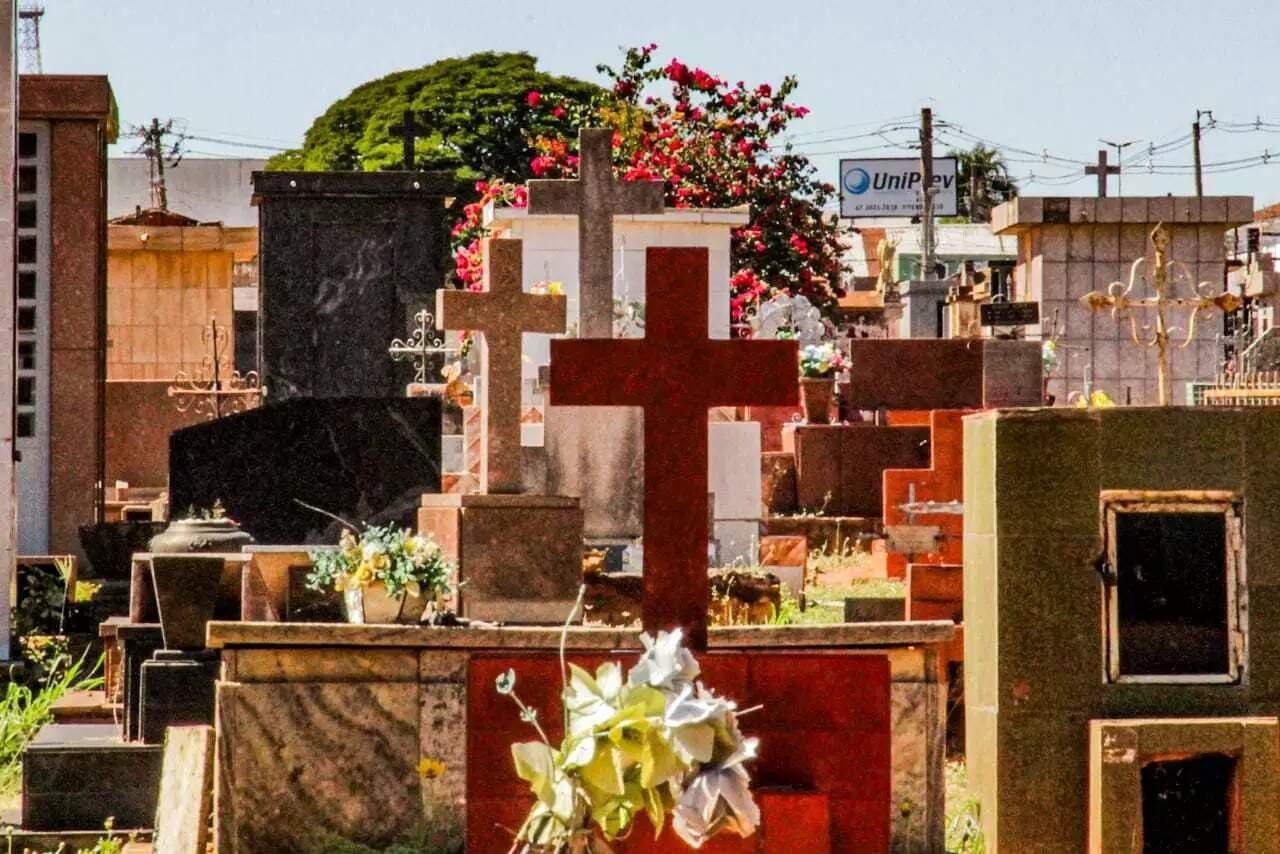 Túmulos do Cemitério Santo Antônio, em Campo Grande (Foto: Silas Lima/Arquivo Campo Grande News)