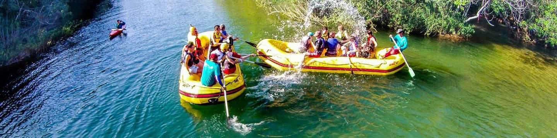 Rodovia leva aos balneários que oferecem água cristalina e muita adrenalina nos passeios de bote pelas cachoeiras do Rio Formoso. (Foto: Divulgação)