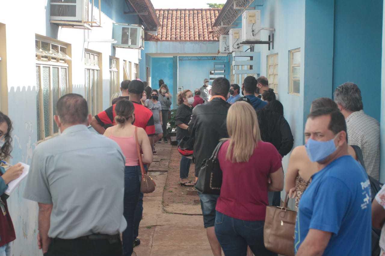 Moradores de Campo Grande fazem fila em exame para detectar covid (Foto: Marcos Maluf/Arquivo)