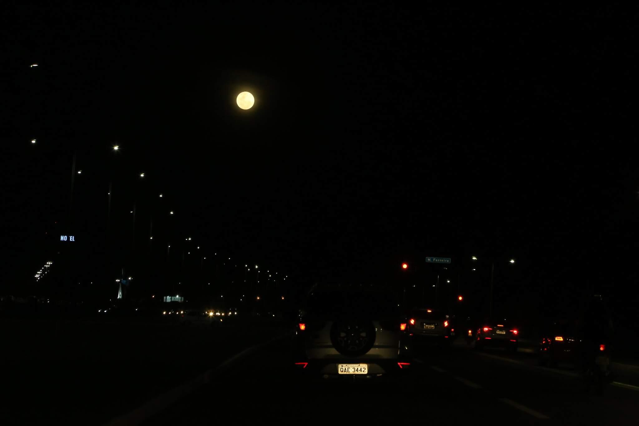 Superlua deu toque especial na noite da Capital. (Foto: Kísie Ainoã)