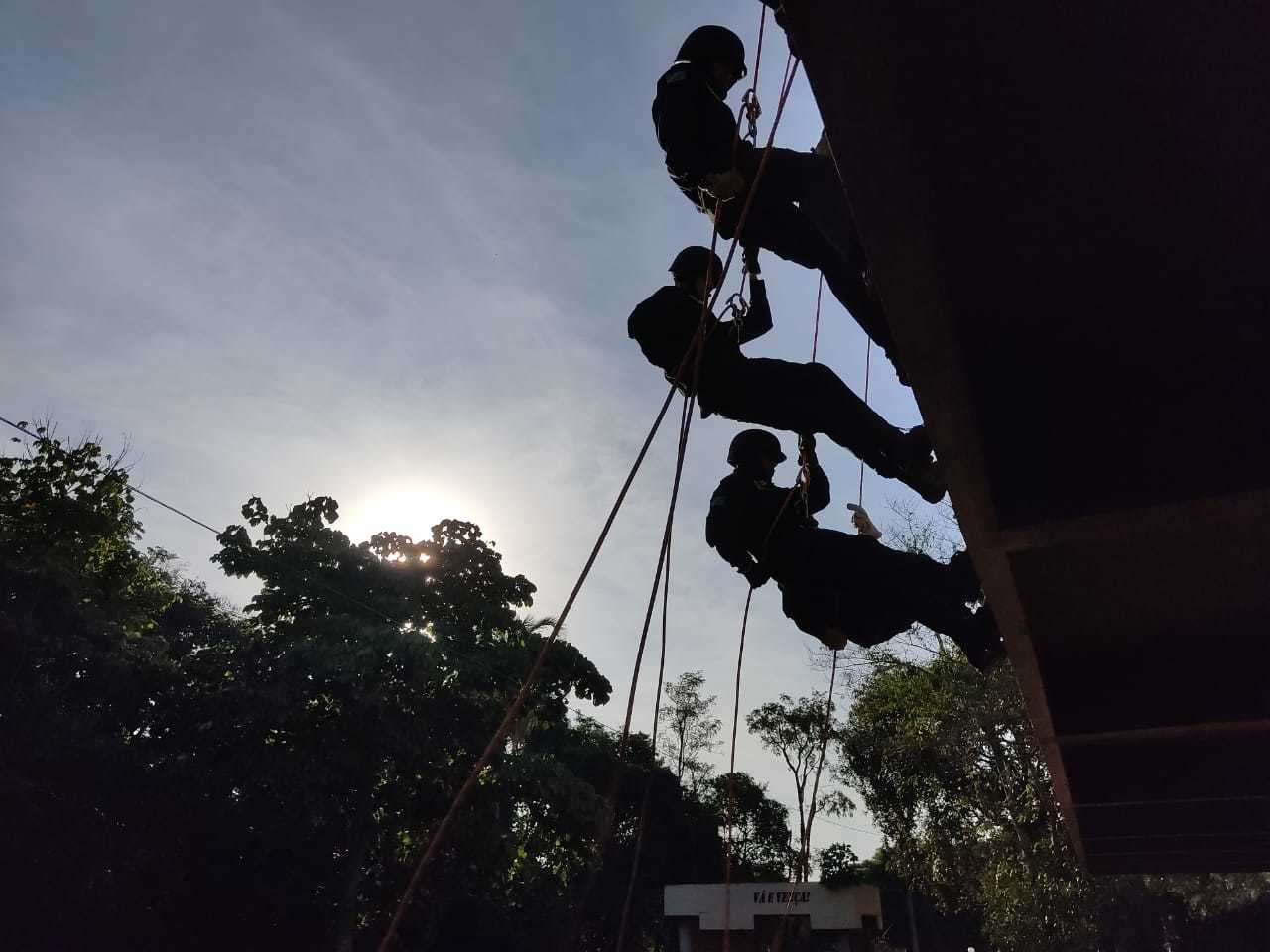 Militares em treinamento de escalada para intervenção de crises (Foto: Divulgação/PMMS)
