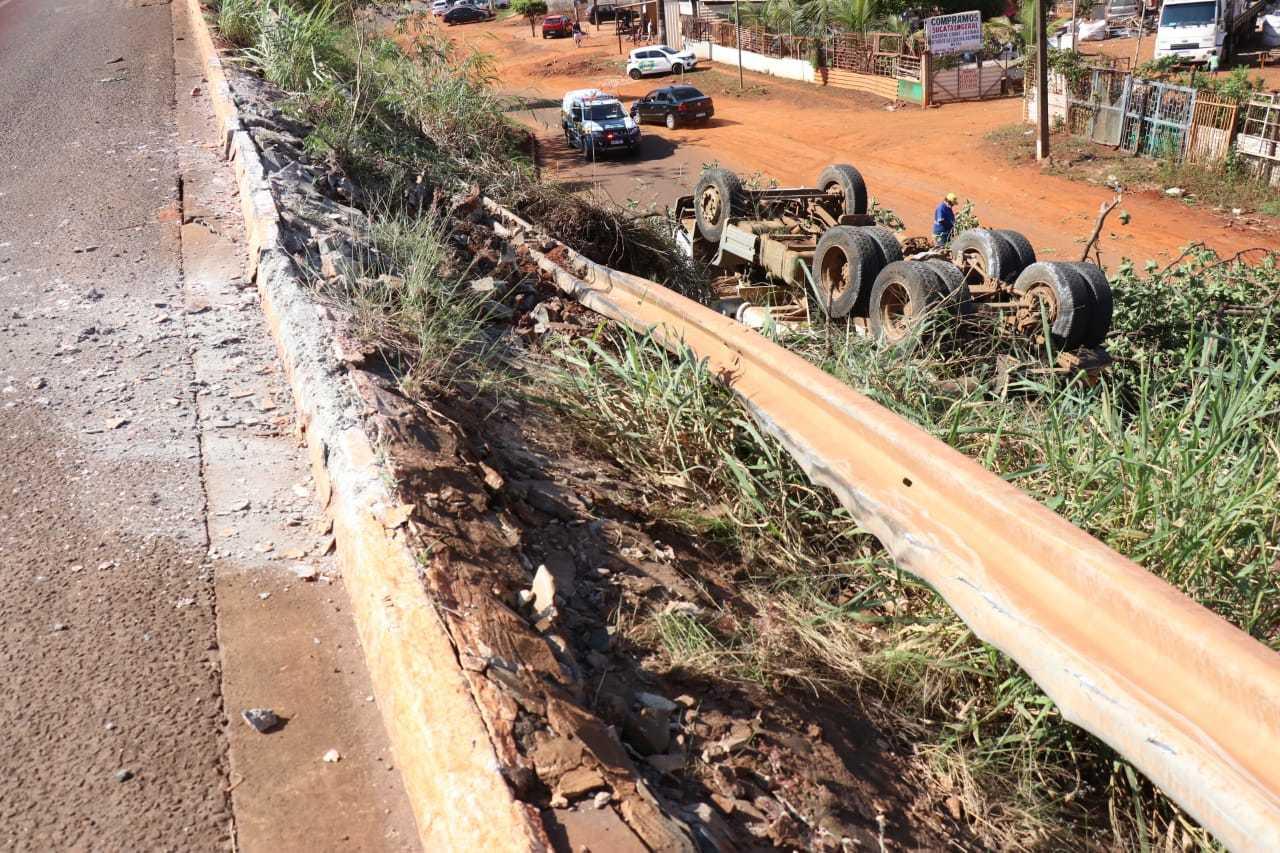 Nem guard raill conseguiu impedir a queda do caminhão. (Foto: Henrique Kawaminami)