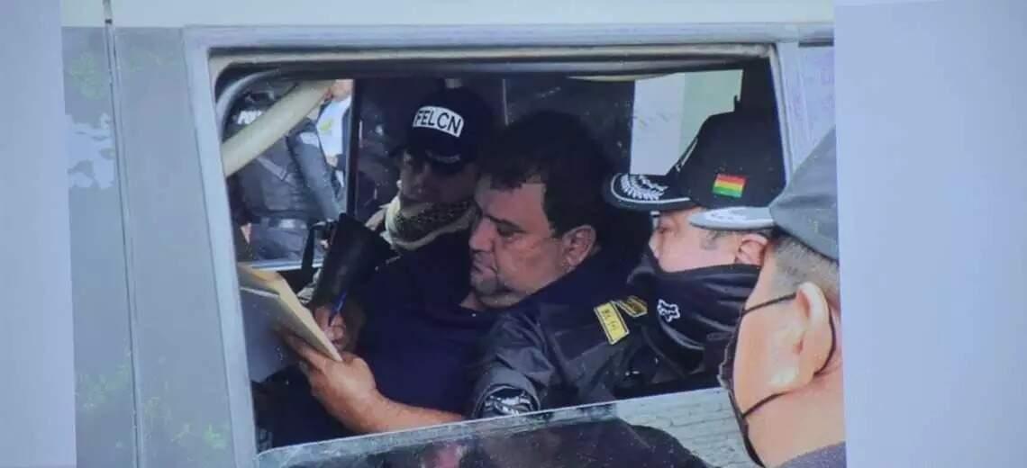 Dorado em viatura da polícia boliviana logo depois de ser pego em casa (Foto: El Deber)