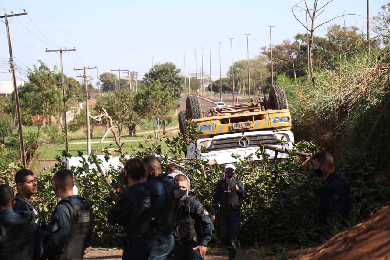 Caminhão ficou com as rodas para cima ao cair de viaduto. (Foto: Henrique Kawaminami)
