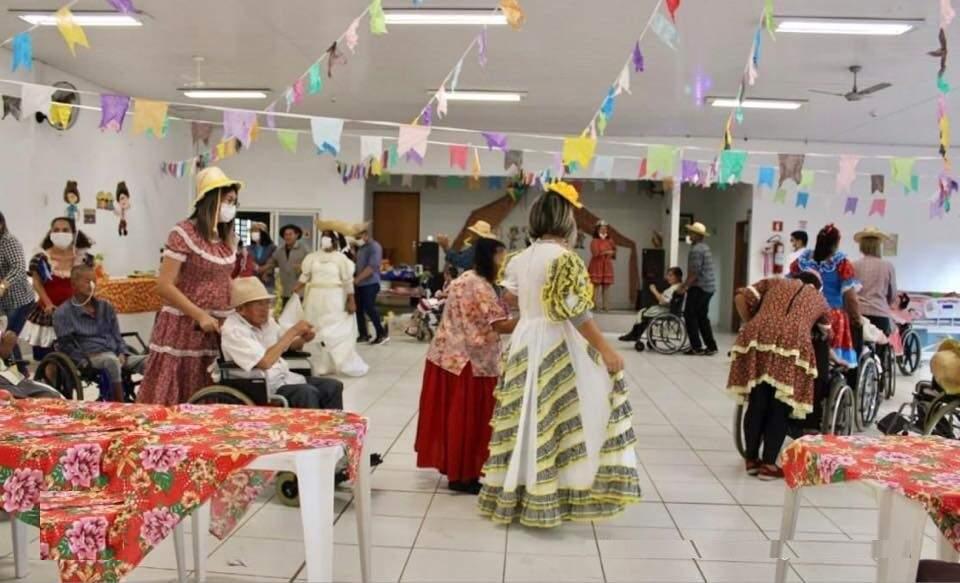 Festa junina aos idosos do Asilo São João Bosco no último dia 17 de junho. (Foto: Facebook do asilo)