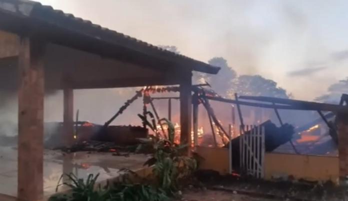 Casa foi destruída pelo fogo (Foto: Jardim MS News)