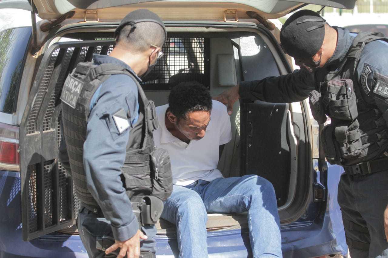 Suspeito chega a Deam no fim da manhã desta quinta-feira (Foto: Marcos Maluf)