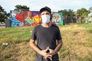 Caio explicando suas técnicas em frente ao muro (Foto: Paulo Francis)