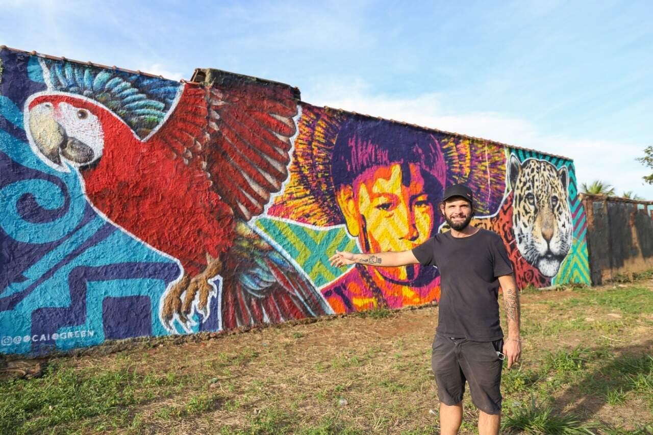 Caio em frente ao muro que pintou na esquina da Lagoa Itatiaia (Foto: Paulo Francis)