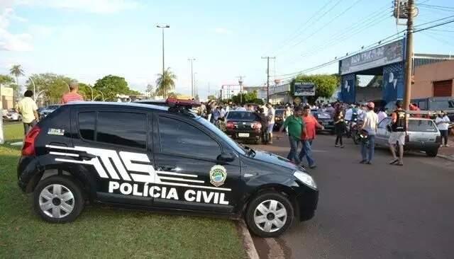 Viatura da Polícia Civil no local onde Mauro Parra foi executado na Linha Internacional, em 2018. (Foto: Arquivo/Cone Sul News)
