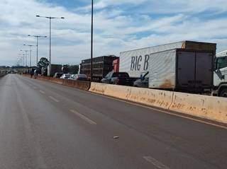 Fila de veículos na MS-156 em bloqueio feito por índios entre Dourados e Itaporã (Foto: Itaporã News)