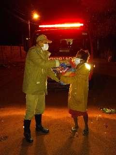 Em noite gelada, bombeiros distribuem cobertores para moradores de rua