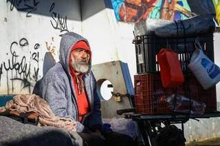 Jardineiro passa as noites em um local improvisado em um ponto de ônibus na Avenida Duque de Caxias (Foto: Henrique Kawaminami)