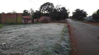 Grama amanheceu coberta de gelo no dia mais frio do ano em Dourados (Foto: Adilson Domingos)