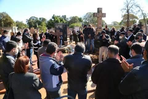 Sob aplausos e escolta da PM, Jamil Name é sepultado ao som de Mercedita