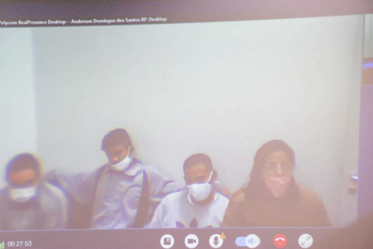 Nesta manhã, no segundo dia de audiência, réus acompanharam o júri por vídeo (Foto: Henrique Kawaminami)