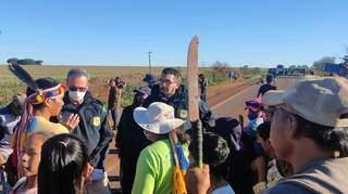Policiais conversam com índios durante bloqueio da BR-463, ontem à tarde (Foto: Ademir Almeida)