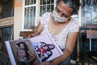Mãe de Carla diz que segue recorrendo a fotos para manter boas lembranças da filha. (Foto: Henrique Kawaminami)