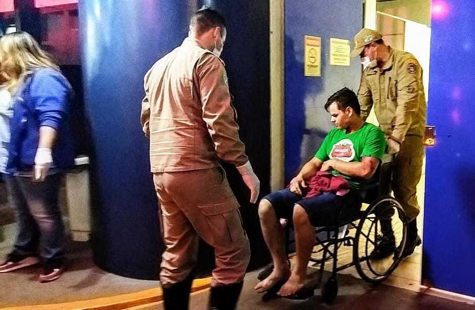 Bombeiros socorrem um dos feridos a tiros ontem à noite em Dourados (Foto: Adilson Domingos)