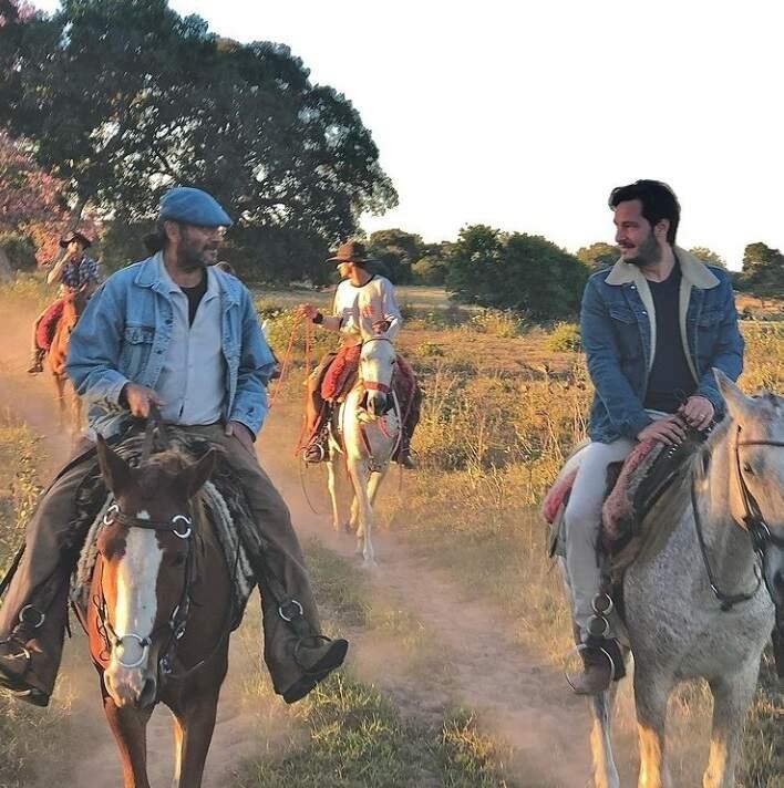Bruno Luperi à direita em cavalgada pelo Pantanal no fim de semana. (Foto: Reprodução Redes Sociais)