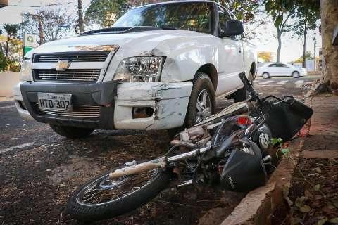 Motorista bêbado tenta fugir após acidente e arrasta moto por 100 metros