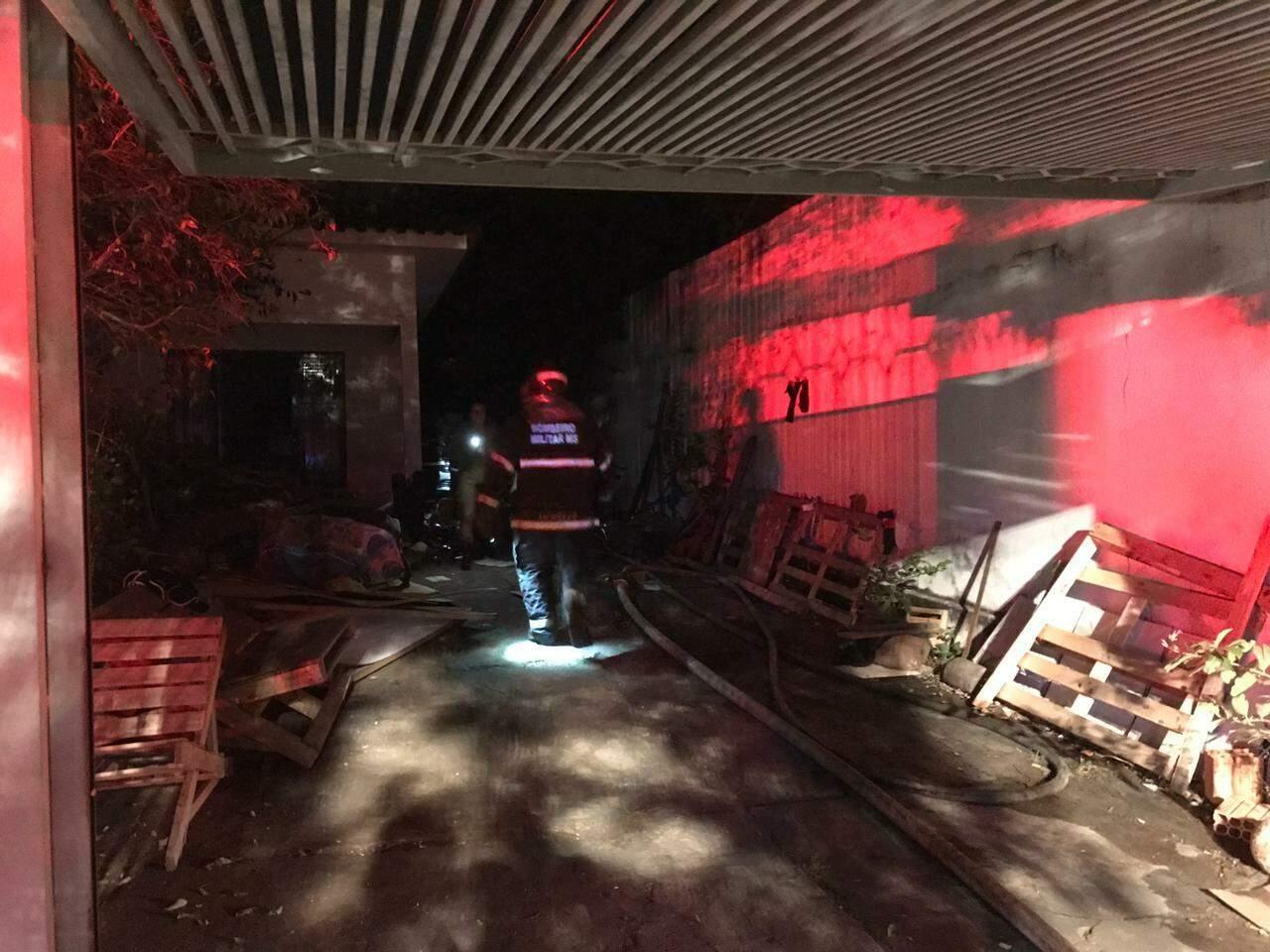 Residência que foi atingida por incêndio na noite desta quarta-feira (07). (Foto: Adriano Fernandes)