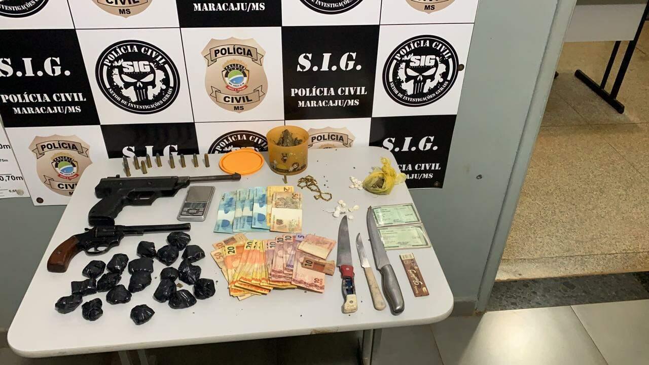 Armas, dinheiro e drogas apreendidos na operação em Maracaju (Foto: Divulgação)