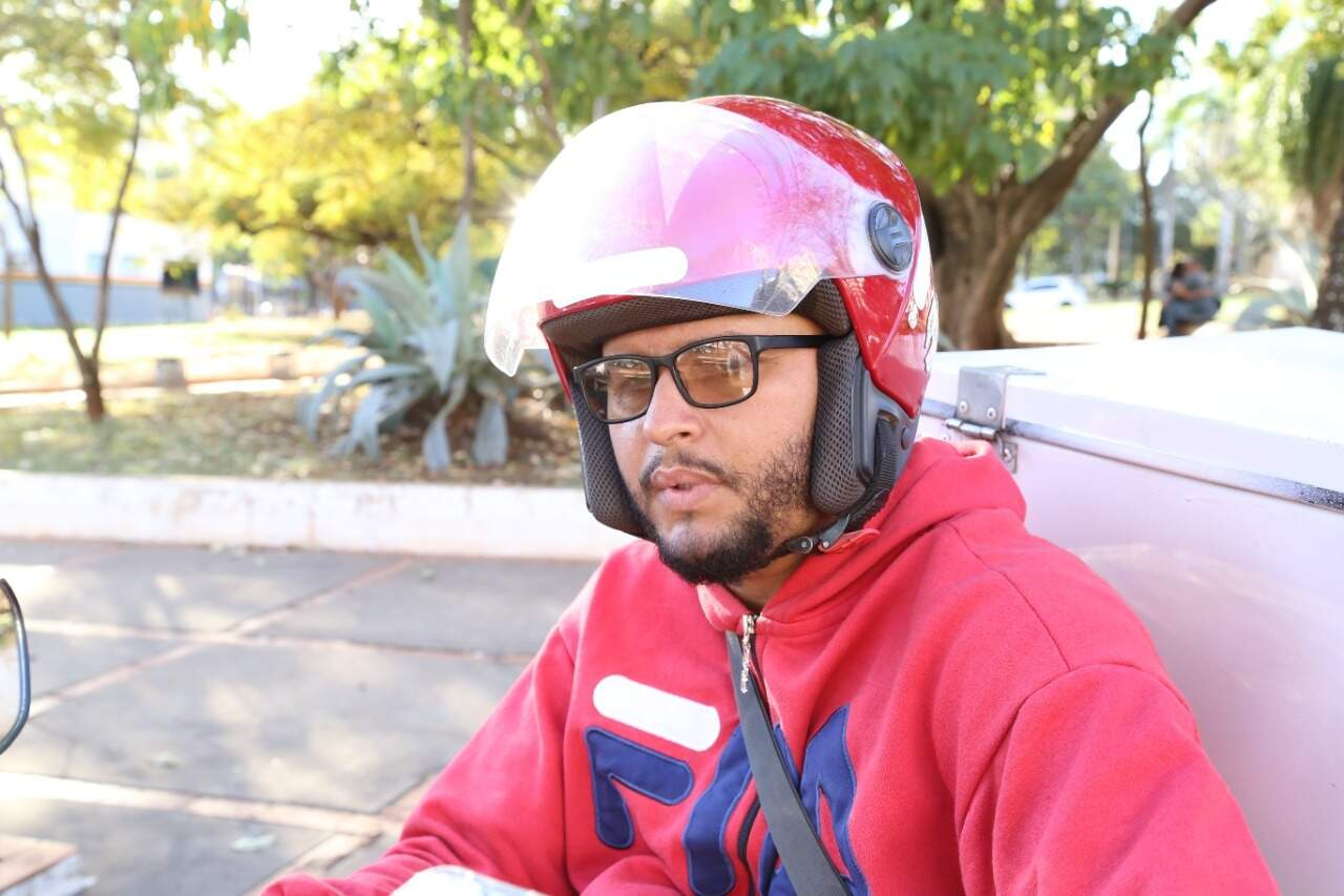 João Paulo trabalha como motoentregador, na Capital (Foto: Kísie Ainoã)