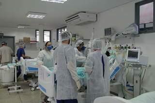 Funcionários de hospital atendem paciente de covid-19 em leito de UTI em Dourados (Foto: Divulgação)