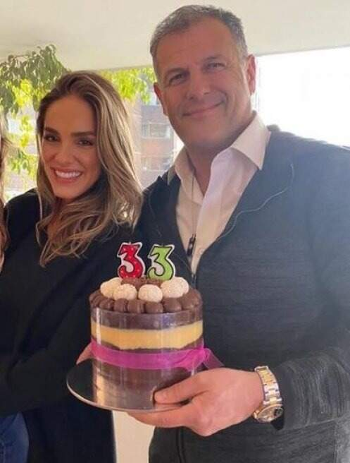 Nayara ao lado do namorado cinco dias antes da morte dela, data em que fez 33 anos (Foto: Reprodução das redes sociais)