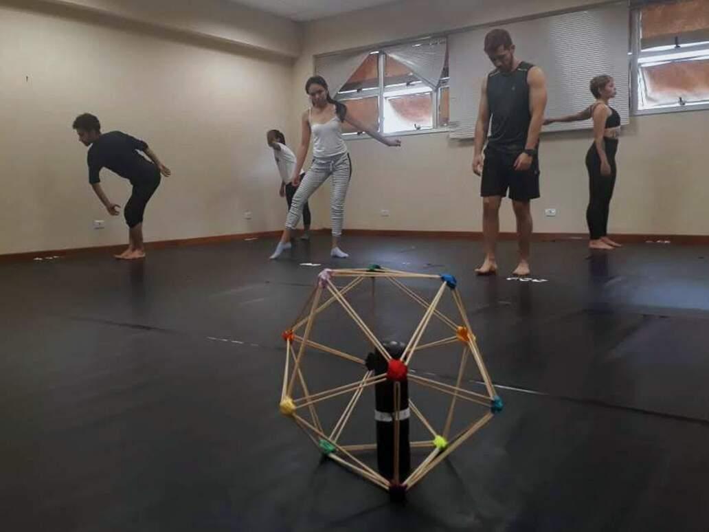 Em aula, professores aprendem como ensinar dança como expressão. (Foto: Divulgação)