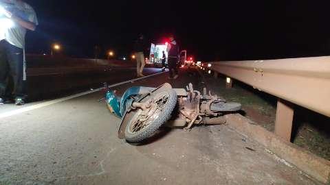 Condutor não consegue desviar, passa por cima e mata motociclista
