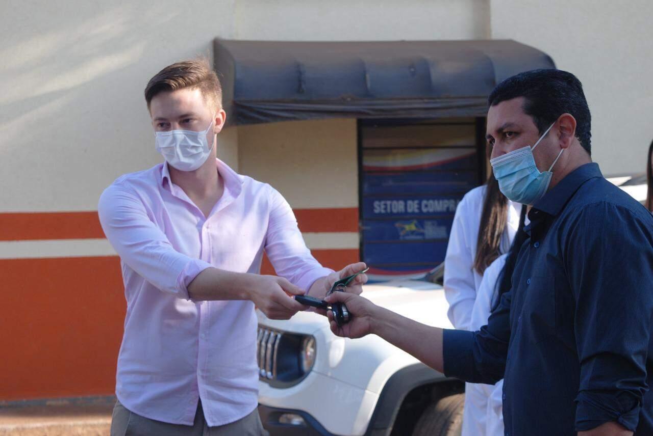 Prefeito Lucas Foroni (à esquerda) entrega chave a secretário de Saúde (Foto: Divulgação)