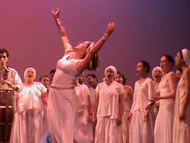 Christiane no palco em mais uma de suas apresentações como dançarina. (Foto: Arquivo Pessoal)