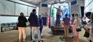 Ferido em tiroteio é colocado em ambulância para ser trazido a Dourados (Foto: Direto das Ruas)
