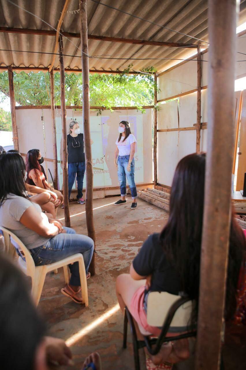 Ação feita pela vereadora Camila no Morro do Mandela, para conversar com mulheres sobre dignidade menstrual. (Foto: Leandro Faria)