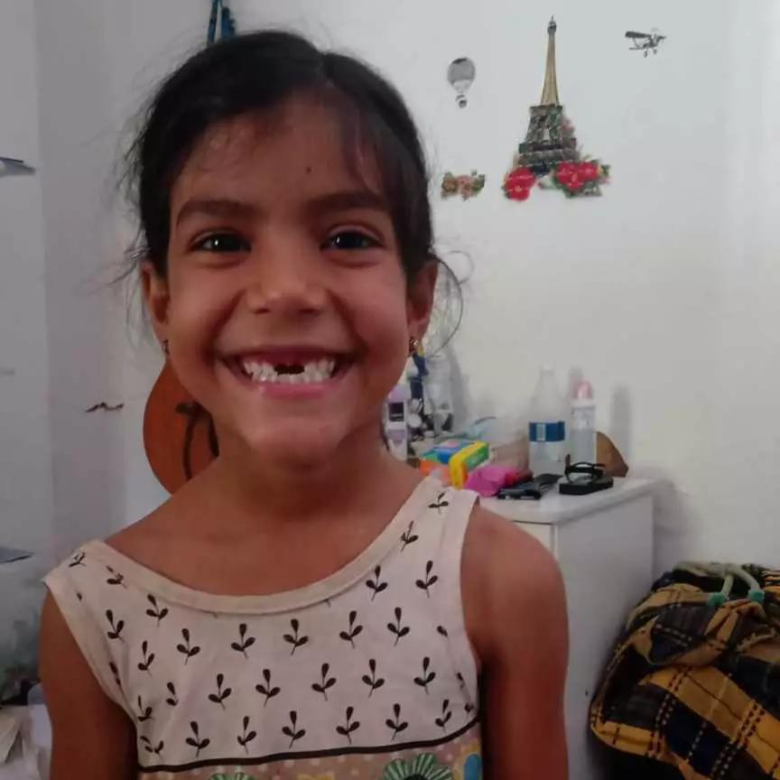 Ana Luiza queria que a Fada do Dente buscasse seu dente caído, e mãe deu um jeito. (Foto: Arquivo Pessoal)