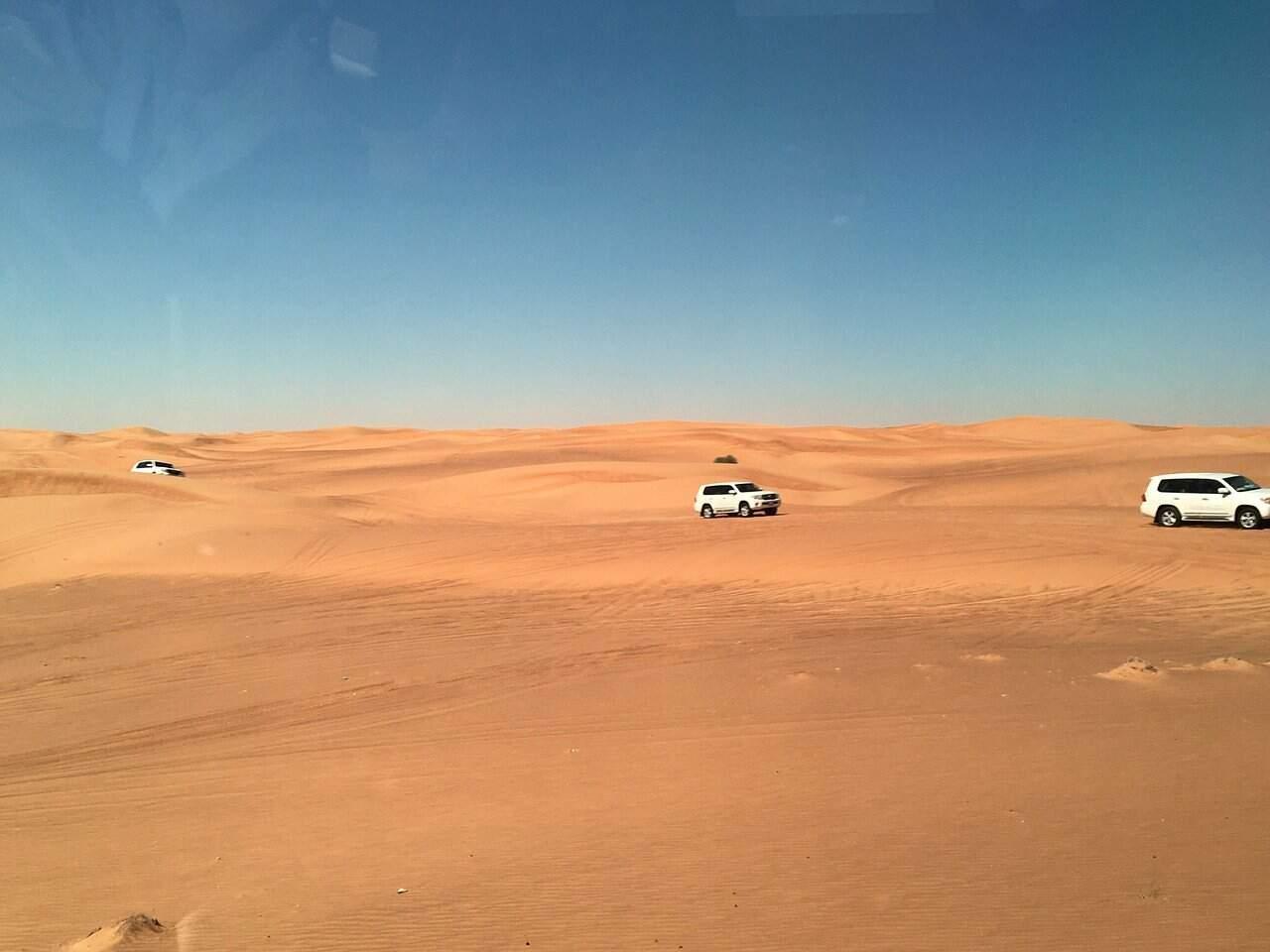 O passeio pelo deserto de Dubai, com direito a jantar e danças típicas, é um programa que não pode faltar (Foto: Reprodução)