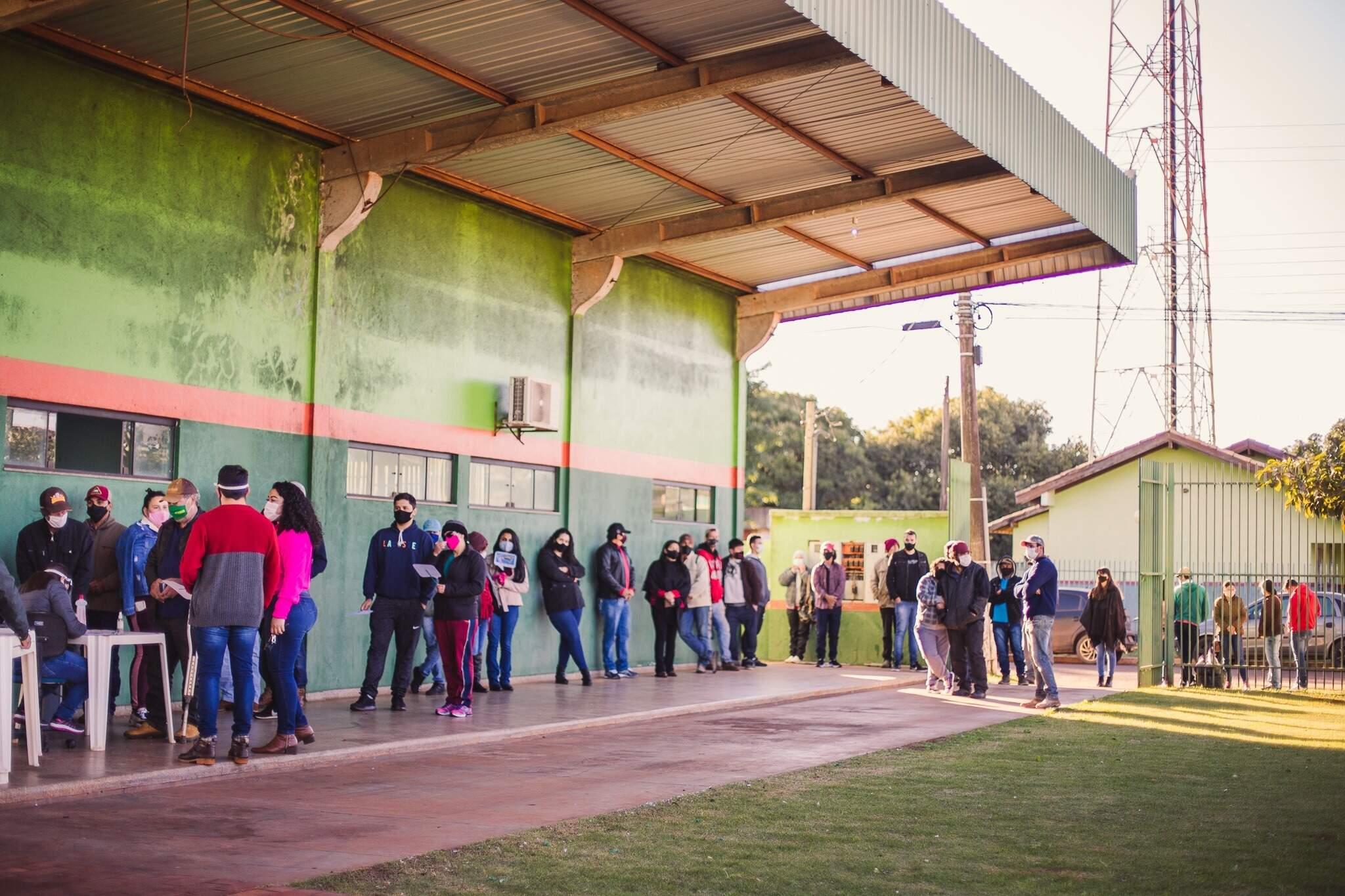 Fila para vacinação em Antônio João, um dos municípios contemplados (Foto: Reprodução)