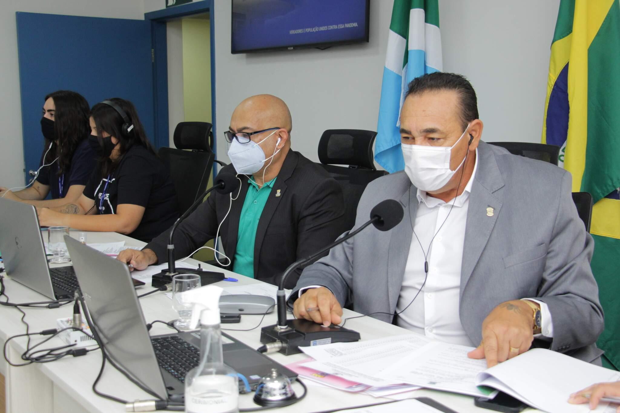 Presidente da Câmara, Carlos Augusto Borges (PSB), e o 3º secretário, Ronilço Guerreiro (Podemos), durante sessão ordinária (Foto: Divulgação/Câmara Municipal)