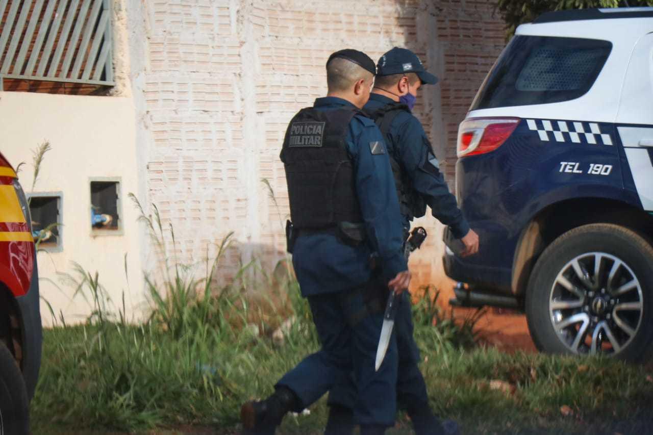 Polícia apreendeu faca que pode ser a arma do crime (Foto: Henrique Kawaminami)