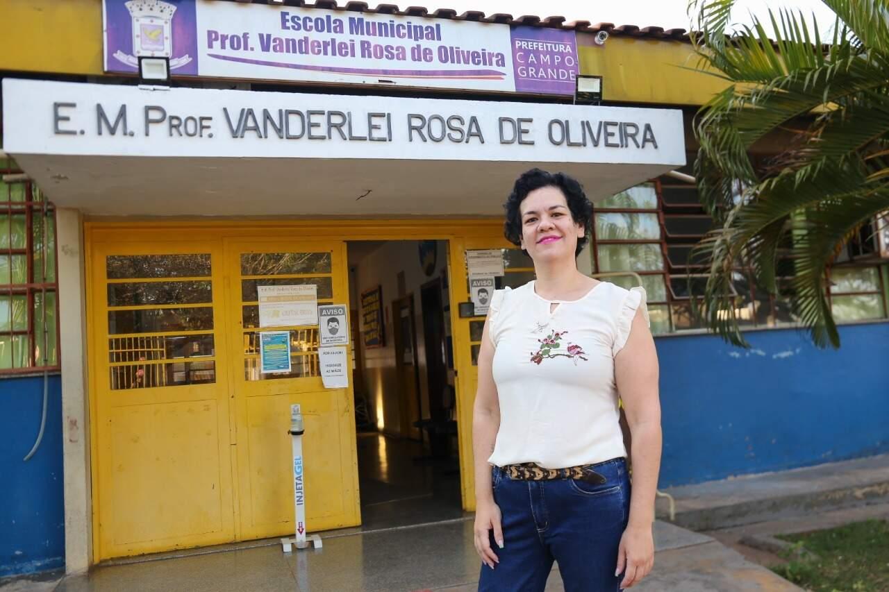 Professora Inaiá Rosa de Oliveira trabalha na escola que leva o nome do pai dela. (Foto: Paulo Francis)