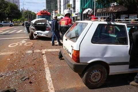 Carro com família de turistas é atingido em acidente na avenida Afonso Pena