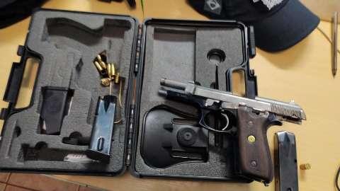 Homem é preso após colocar pistola na mão da filha e trocar tiros com PM