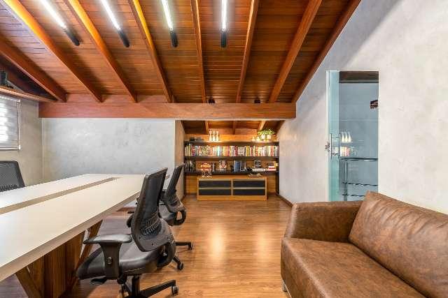 """""""Telhado"""" abriga home-office bem decorado para família estudar junta"""