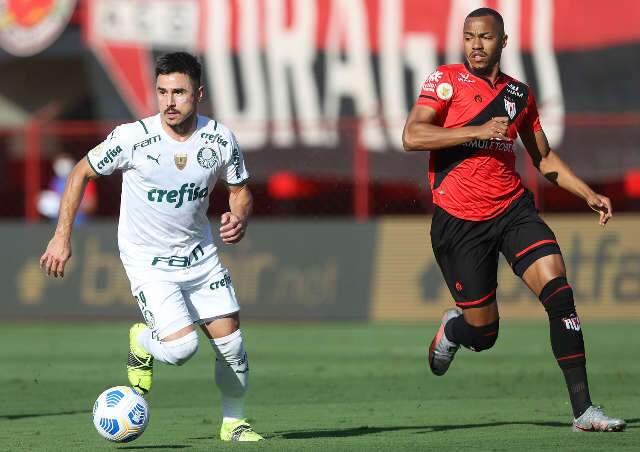 Palmeiras vence Atlético-GO por 3 a 0 e abre vantagem na liderança