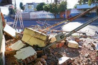 Muro e padrão de energia ficaram destruídos após colisão (Foto: Henrique Kawaminami)