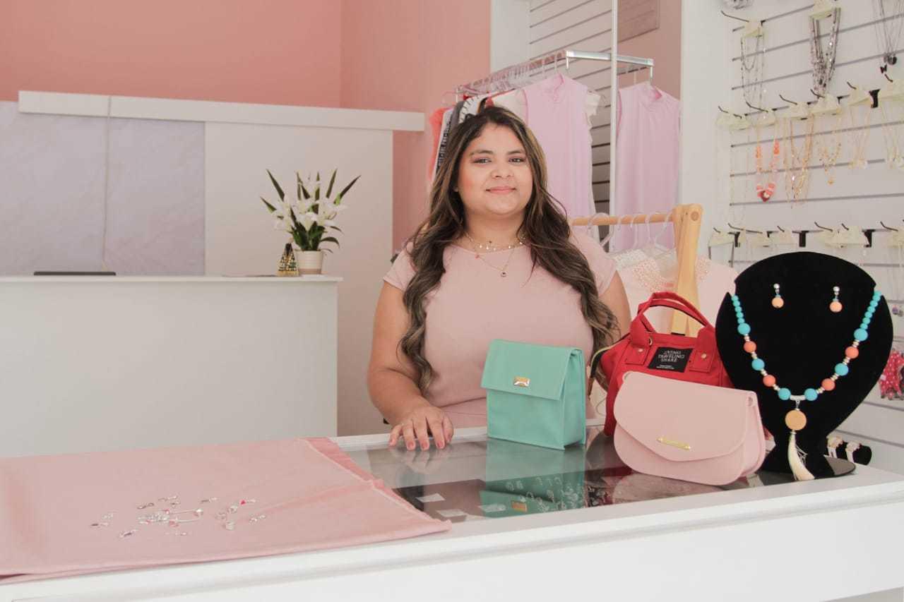 Mylena é a proprietária que investiu na venda de berloques a preço acessível. (Foto: Marcos Maluf)