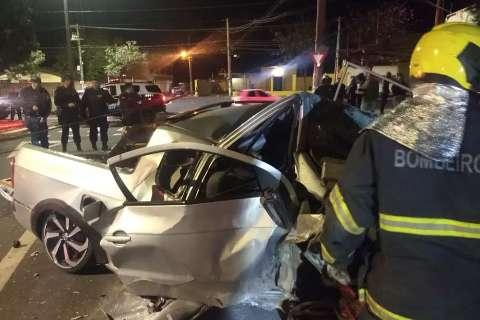 Motorista bêbado perde controle e casal morre depois de carro destruir muro