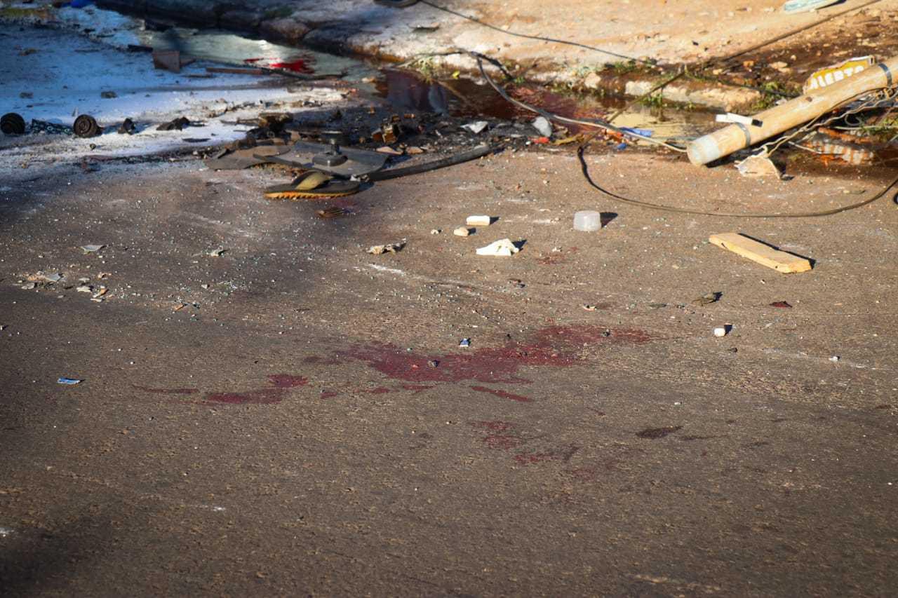 Sangue das vítimas ficou no asfalto junto com destroços do acidente (Foto: Henrique Kawaminami)